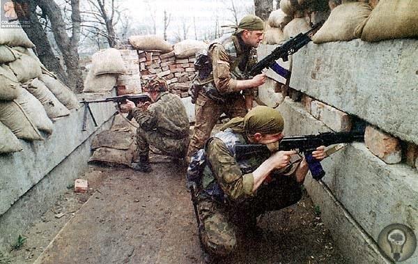 Бойцы тюменского ОМОНа «Росомаха» на блок-посте в районе 45-й школы. Во время съемки блок-пост был обстрелян неизвестными