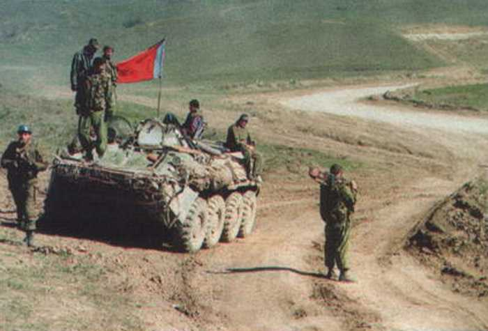 Красные знамена в Чечне — это не просто опознавательный знак СОБРов, это шик, этакий вызов всему и вся, и в первую очередь смерти