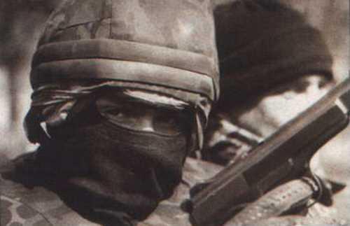 Одна из приданных 1-й группе тюменского СОБРа «сов» — московский оперативник Коля