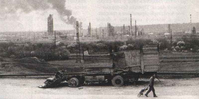 В самом пекле боев Грозненский НПЗ стоял, как заколдованный: ни одна бомба, ни один снаряд не взорвались на его территории, показывая, где истинные ценности этой войны
