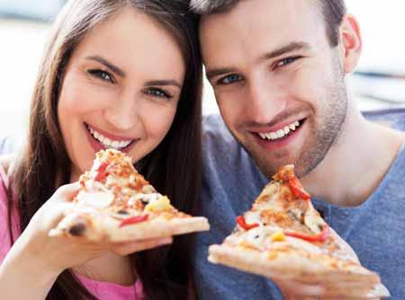 Многие пиццерии предлагают онлайн заказ еды и доставку.