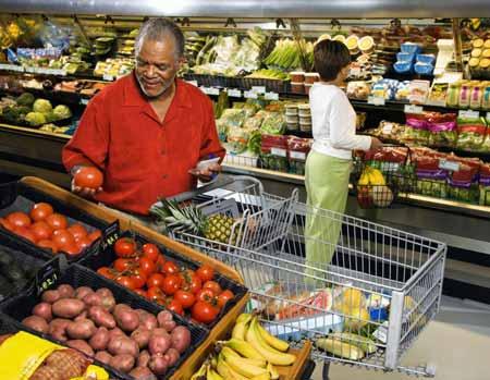 Некоторые люди предпочитают делать покупки в магазине, а не в Интернете, поэтому они выбирают свои продукты