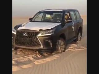 Новый Лексус 570 застрял в песках