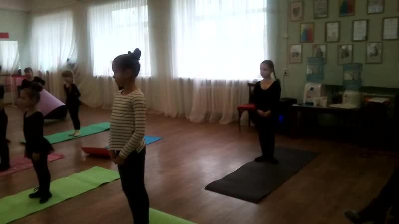 Открытый урок-гимнастика...младшая группа...разогревочная часть