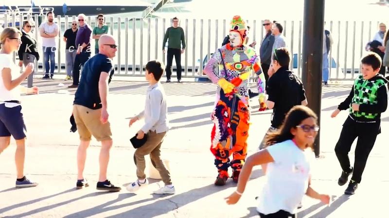Очень забавный клоун Каркоча в Барселоне. Немного позитива не помешает