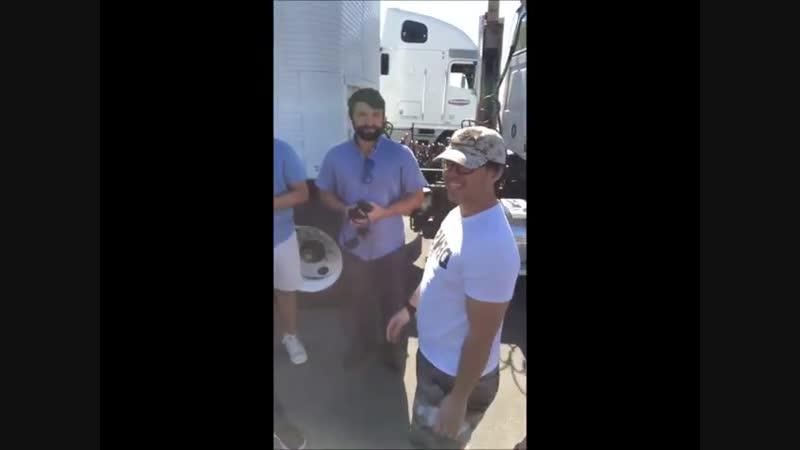Дани и Эрик с победителем благотворительного мероприятия на съёмочной площадке.