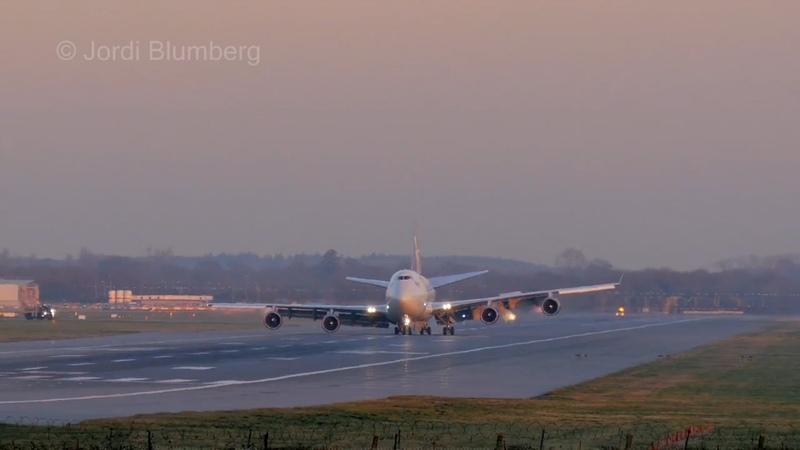 Boeing 747 приземляется со сломанным шасси