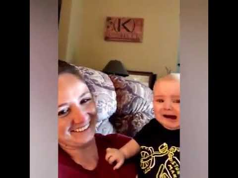Anne babası şarkı söyleyen bebeklerin tepkileri