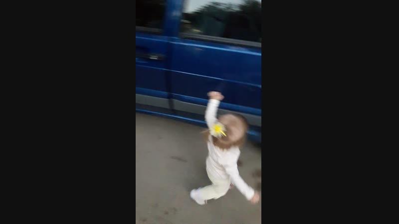 Алиса около папиной машины