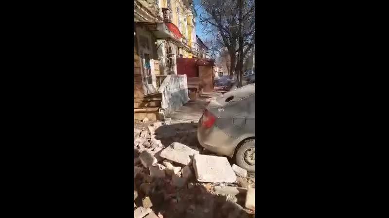 в Саратове на пересечении улиц Вольской и Киселева обрушился карниз двухэтажного жилого дома