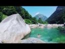 Изумрудный водоем В Валле-Верзаска в Швейцарии вода изумрудная и такая чистая, что видно дно