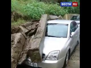 В Большом Сочи спасатели ликвидируют последствия сильного ливня.