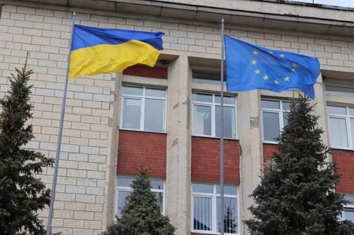 В двух школах Авдеевки пропали флаги Украины и ЕС