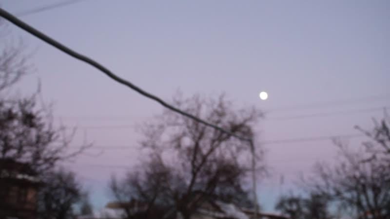 19 января, 2019г.,16-30ч.Ещё светло,а на небе такая огромная,яркая луна.