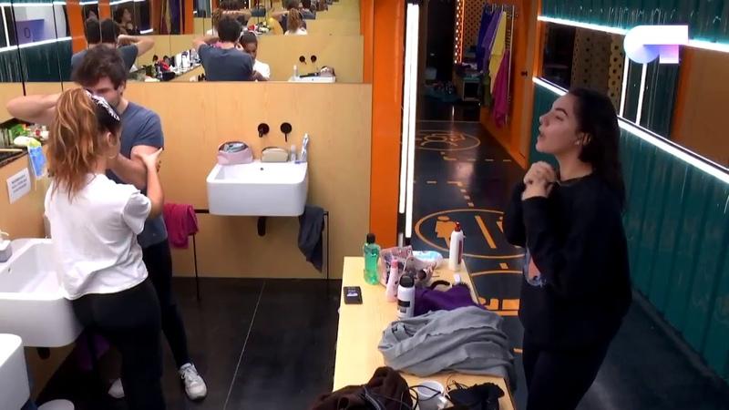 Marta canta el Quizás de Agoney a Miki y Julia frente el espejo del baño de OT 2018. 20-11-18