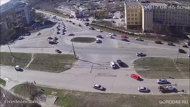 Жесткую аварию с «Лексусом» и «Маздой» записала камера наблюдения