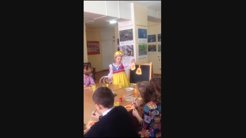 Лиза Ничкова проводит мастер-класс по урало-сибирской росписи