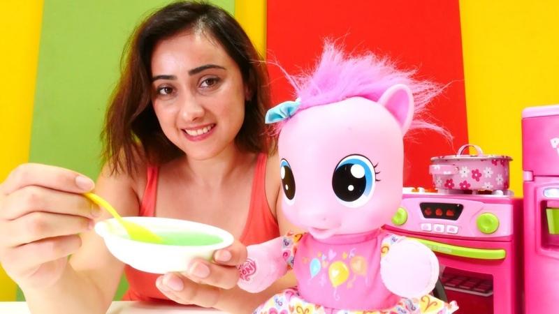 Oyuncak bebek pony için kabak püresi. Bebek bakma oyunu