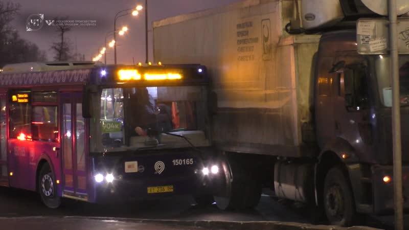 ДТП с участием рейсового автобуса и грузовика на Тверском путепроводе