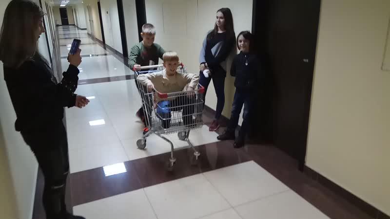 Товарищ Арбузов везёт товарища Сёмочкина в маркет за молоком