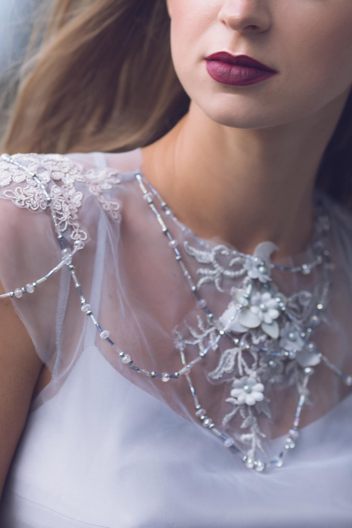 Множество тончайших нитей украшенных бусинами и бисером.