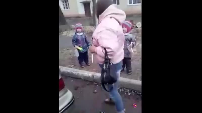 В Подмосковном Клину молодая женщина гулявшая с двумя маленькими дочками прямо на улице поссорилась с мужем и приставила нож с