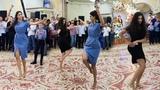 Красивые Девушки Очаровательно Танцуют На Свадьбе Грузинский Танец