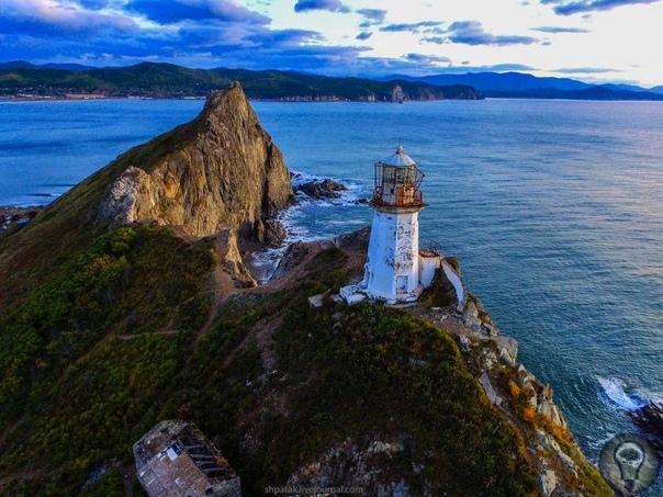Самые живописные маяки России Маяк мыса Анива, остров Сахалин Любителям пощекотать нервы, наверняка, придётся по душе заброшенный маяк на мысе Анива. Путешествие не близкое это труднодоступный