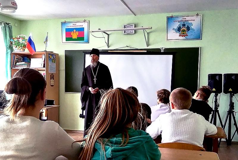 Священник встретился со школьниками поселка Гаркуша