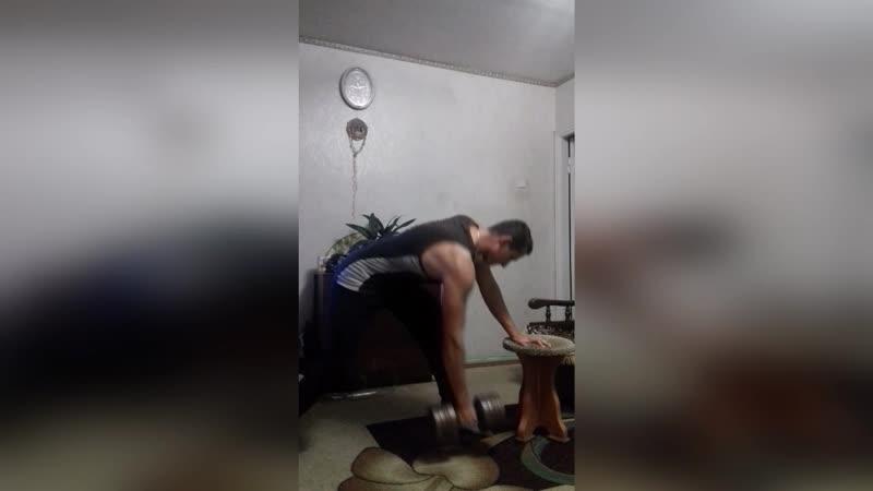 Работаю над широчайшими з своєю 30 кг гантелькой)