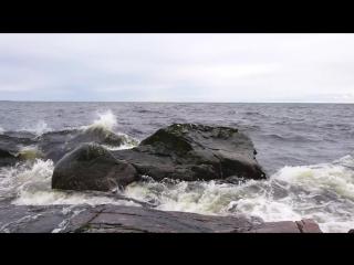 Волны на Ладожском Озере в шторм. Скала около  метров высотой.