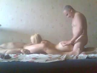 Два зрелых мужика снимают секс с молодой блондинкой на видео