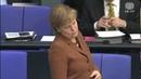Gregor Gysi spricht und Merkel lacht arrogant
