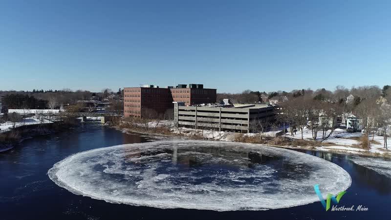 Круглая льдина на реке Пресумпскот США