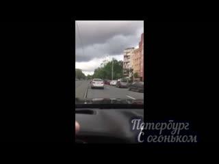 Девушка прокатила парня на капоте автомобиля