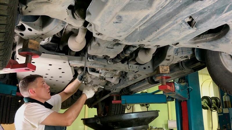 Процесс замены масла в АКПП внедорожника Land Cruiser 200 с использованием специальной установки