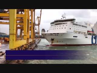 Fähre stößt Kran um und entfacht Feuer im Hafen von Barcelona