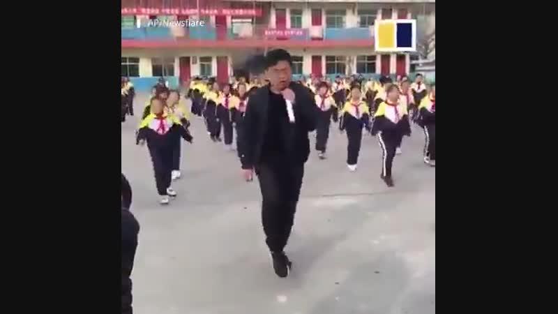 Директор школы на югеКитая обеспокоен избыточным весом у детей.В борьбе с детским ожирение