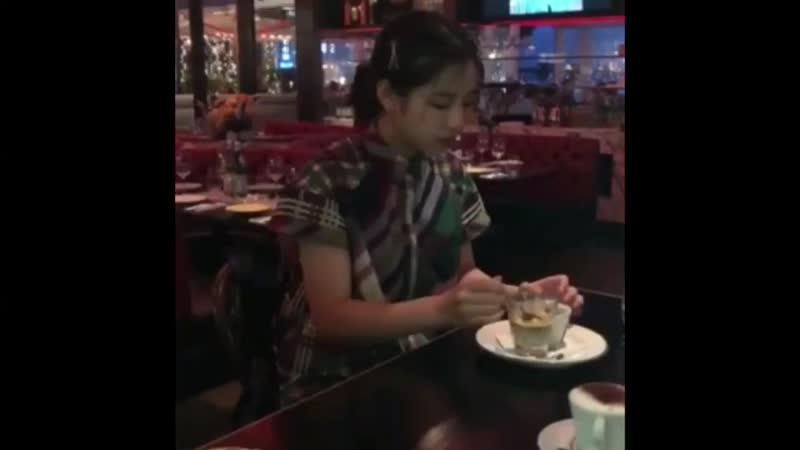 【今日もSHOWROOM楽しかったですねー✨SHOWROOMで話していた、たくさんのデザートを食べた時の動画がこちら🍨アフォガードを一口食べた瞬間涙が😢本当に頑張ってくれました😭この頑張りを写真集でぜひ見てください💫】