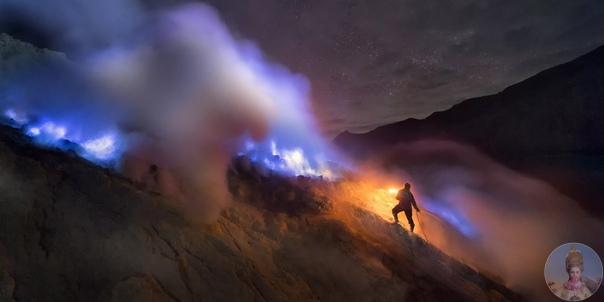 Необычный вулкан с голубой лавой.