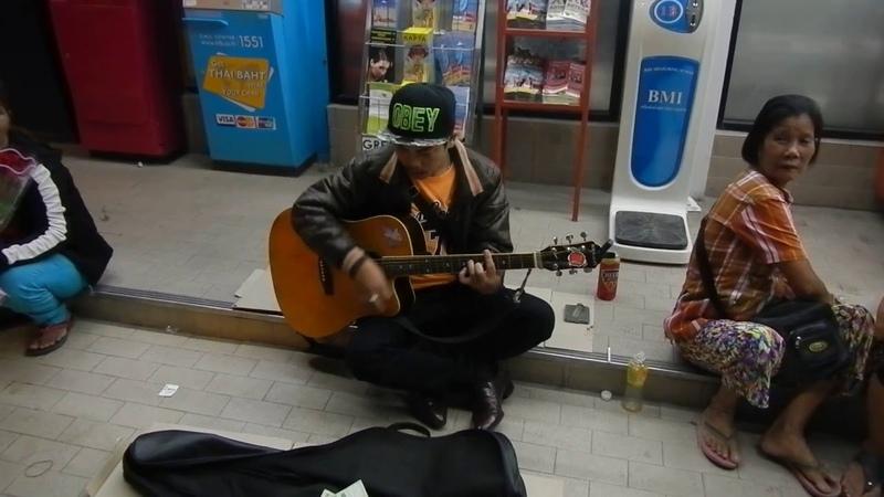 Уличный музыкант в Тайланде исполняет песню Виктора Цоя