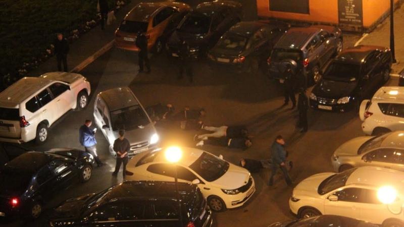 Опера хлопнули 6 наркобарыг на парковке