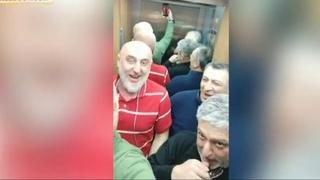Грузины коротают время в застрявшем в лифте