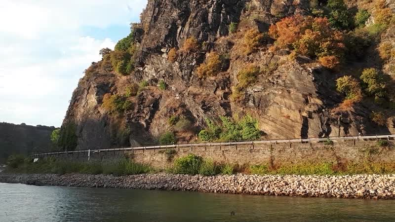 Плывем на круизном лайнере по Рэйну мимо ну очень опасного поворота реки. Чудесные краски осени