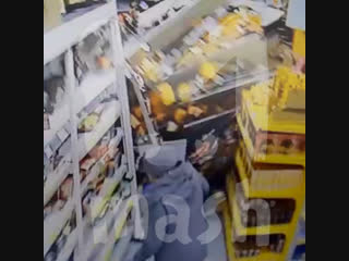 В Иркутске эвакуатор влетел в супермаркет