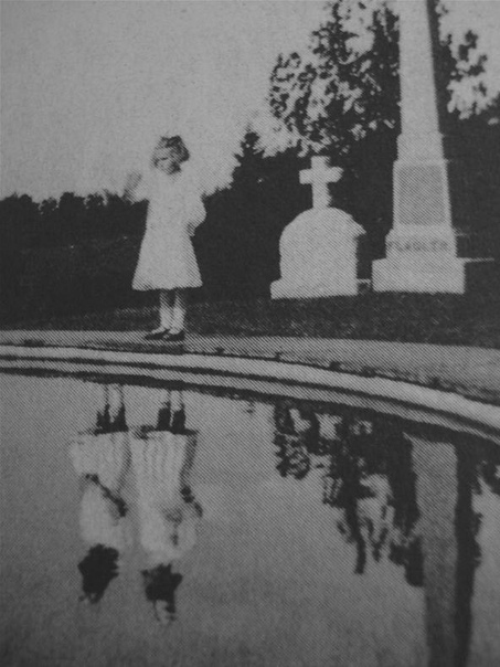 Девочка на могиле своей сестры-близняшки, которая годом ранее, в 1924-ом, погибла при пожаре.