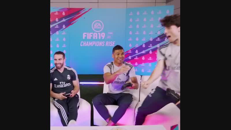Мадридисты играют в FIFA 19