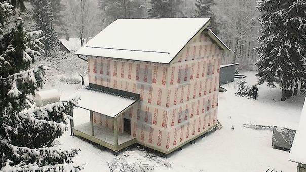 Закончен монтаж дома #ультрасип_белоостров2 👌🏻 После некоторой паузы мв вернемся на объект для монтажа окон и фасада.