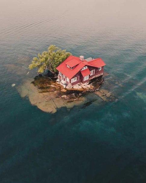 Самый маленький обитаемый остров в мире На реке Святого Лаврентия вдоль границы Канады и США расположен архипелаг Тысяча островов. Один из его участков суши является самым маленьким обитаемым