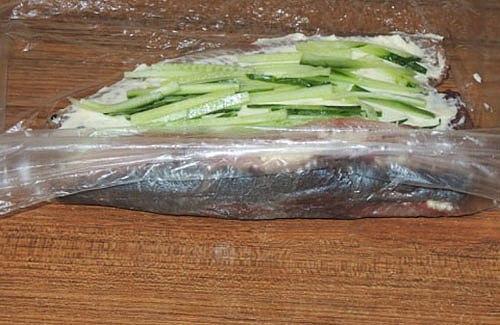 Рулетик из сельди Готовится легко и быстро, а получается необыкновенно вкусно и оригинально.Для приготовления1 малосольная сельдь1 небольшой огурец100 гр. мягкого сливочного сыраСельдь отделить